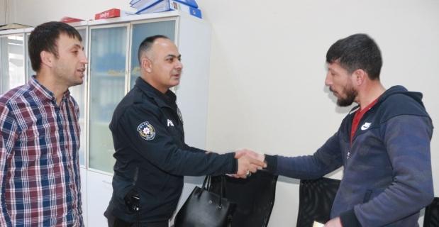 Suriyeli adam bulduğu çantayı polise teslim etti