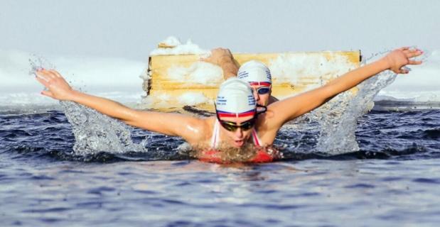 Türk kızı buzlu suda 1 saat kalarak rekor kırdı