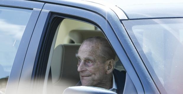 Prens Philip, ehliyetini polise teslim etti