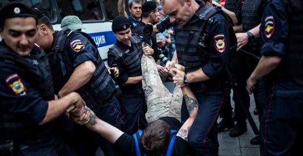 Rus gazeteci protestosu Kremlin'e sıçradı