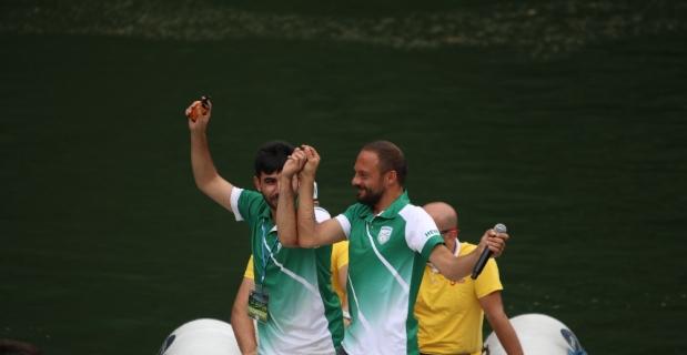 Festival gölün içinde oynanan horonla başladı