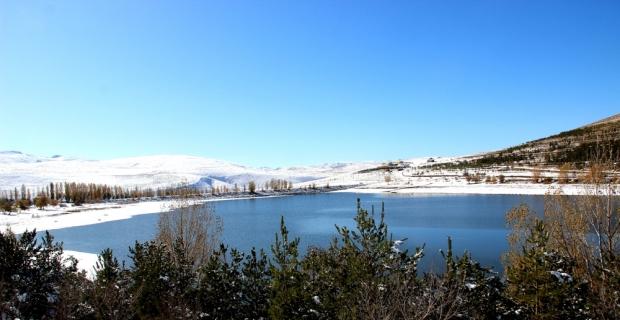 Beyaza bürünen Palandöken Gölet'i manzarasıyla kendine hayran bıraktı