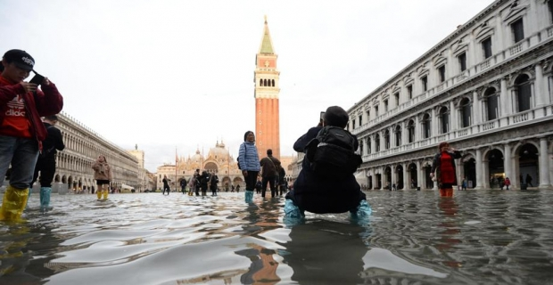 Venedik'te tarihi San Marco Meydanı sular altında kaldı