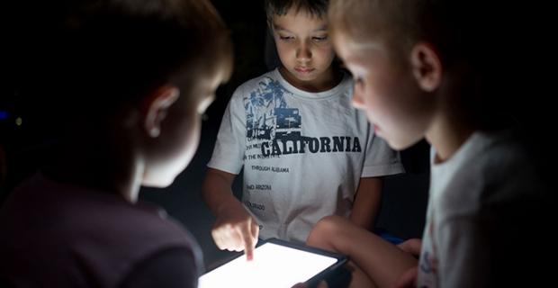 Anne-babaların %48'i, çocuklarının izlediği videolara şüpheyle yaklaşıyor