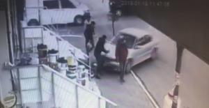 Kaza yapan otomobil yayaların arasına daldı