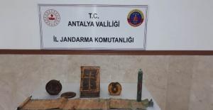 Antalya'da altın işlemeli 1400 yıllık kitaplar ele geçirildi