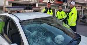 Polis aracının camını kırdılar,bastonla polise saldırdılar