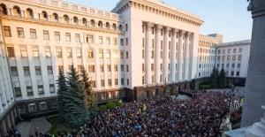 Ukrayna'da seçimi kaybeden Poroşenko'dan balkonda veda konuşması
