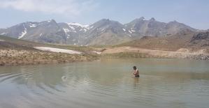 2 bin 500 rakımdaki buzul gölünde yüzme keyfi