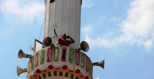Telefon görüşmesi için minareye çıkıyorlar
