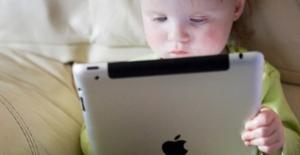 Yemek yerken tablet ve çizgi film ile oyalanan çocuklar tehlikede