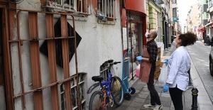 Türkiye'nin en iyi şefleri pişirdikleri yemekleri Kadıköylü komşularına dağıttı