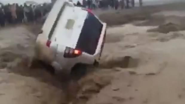 Araç sel sularına gömüldü: 2 ölü