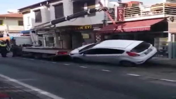 Çekiciye konulmak istenen araç yere böyle düştü