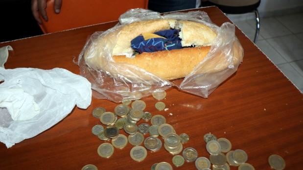 Dilendikleri parayı ekmek arasına sakladılar