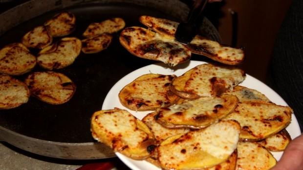 Erzincan'da soğuk kış akşamlarının lezzeti: Kaşarlı patates
