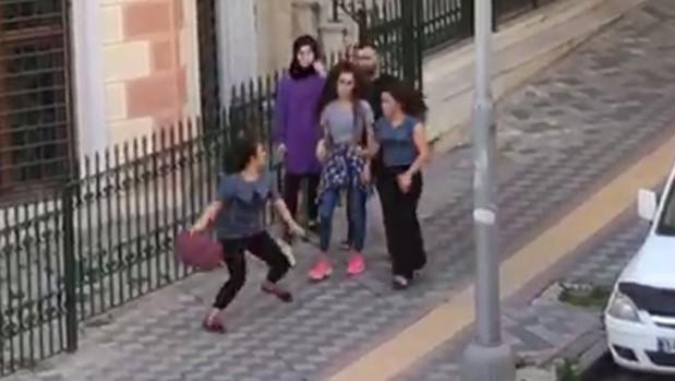 Genç kızların saç saça baş başa kavgası kamerada
