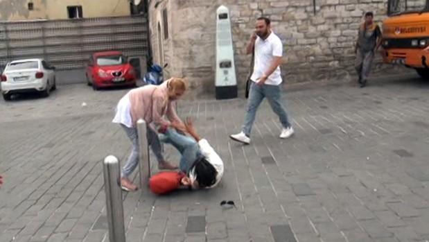 Taksim Meydanı'nda kızların omuz atma kavgası kamerada