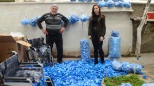 Mavi kapak toplayan dede ve torunu rekora koşuyor