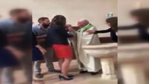 Rahip, bebeğe tokat attı