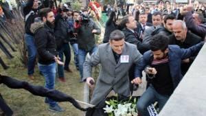 Şehit cenazesinde CHP çelengini parçaladılar
